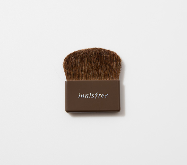 이니스프리 - 미니 포켓 브러시 - 휴대가 용이하여 언제 어디서나 화사한 피부 표현을 해주는 브러시
