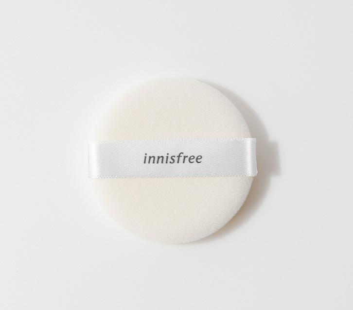 이니스프리-미니 팩트 퍼프 (내장겸용)-가볍고 화사한 피부를 연출해주는 미니 사이즈 팩트 전용 퍼프