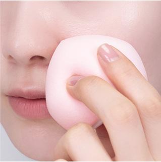 이니스프리-스마트 블렌더 [말랑촉촉/쫀쫀매끈]-뽀죡한 면으로 코 옆, 인중 등 굴곡진 부위에 섬세한 터치가 가능합니다.