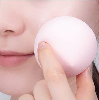 이니스프리-스마트 블렌더 [말랑촉촉/쫀쫀매끈]-넓은 면으로 파운데이션을 펴발라 두드려주세요.